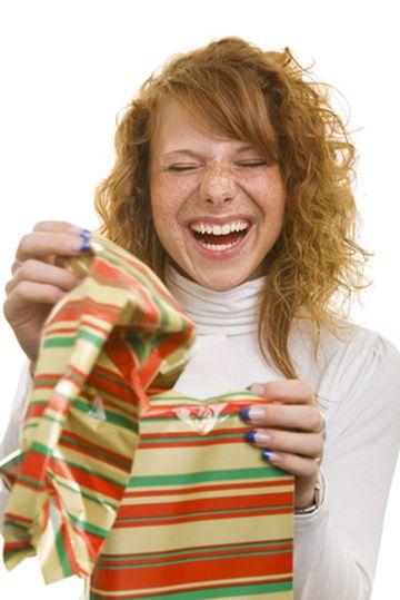 Frau bekommt ein Geschenk