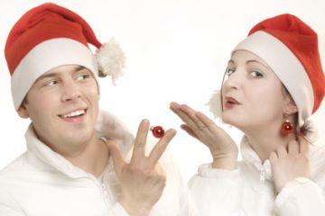 Ein Paar mit Weihnachtsmannmütze
